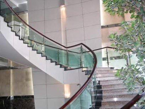 Chuyên nhận lắp cầu thang kính giá rẻ và chất lượng tại TP HCM