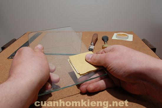 chuẩn bị dao cắt kính và khung thủy tinh